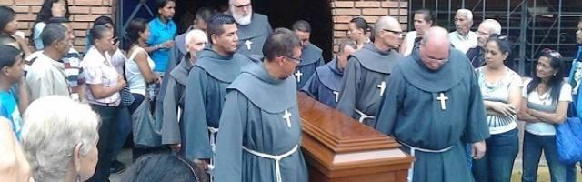 Franciscanos de la Cruz Blanca llevan el féretro del colombiano Diego Bedoya, asesinado en Venezuela en 2017
