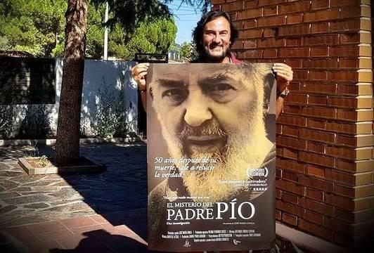 José María Zavala, director de «El misterio del Padre Pío», con la cartelería de la película, ya lista para el estreno del 23 de noviembre.