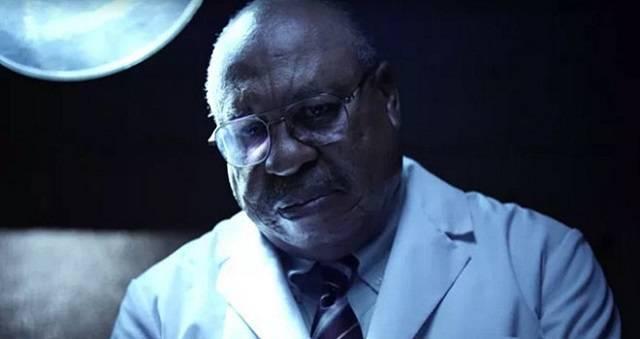 El actor que interpreta a Gosnell, en su quirófano, el lugar en el que perpetraba sus crímenes