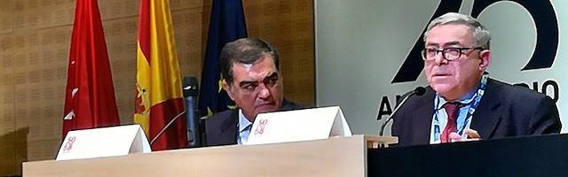 Jean Sévillia, a la derecha de la foto, en la conferencia inaugural del congreso sobre Mayo del 68 en la Universidad Francisco de Vitoria. A su derecha, Ángel Sánchez-Palencia.