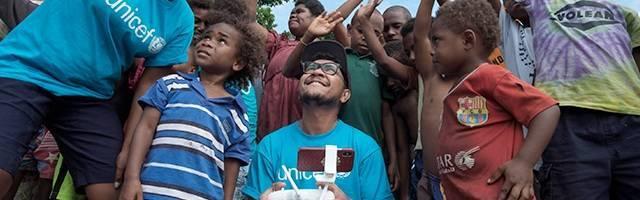 Un técnico de Unicef prueba unos drones rodeado de niños de Vanuatu - un país con 80 islas al sur del Océano Pacífico