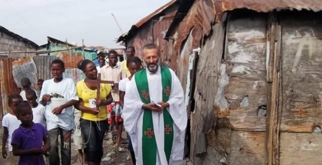 El padre Carraro hace misión en un lugar al que nadie entra si no es para drogarse