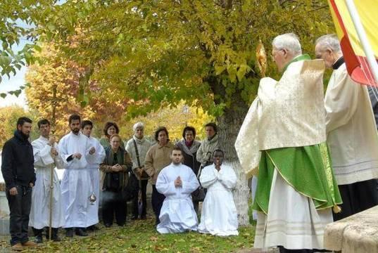 El obispo Reig Pla bendice con el Santísimo una de las fosas comunes del Cementerio de los Mártires de Paracuellos