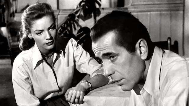 Humphrey Bogart y Lauren Bacall en «Cayo Largo». Ninguno de los dos eran precisamente «conservadores», pero las condiciones sociales y culturales en las que se hizo cine en la era dorada de Hollywood lo enraizaba en principios y virtudes permanentes.