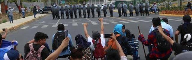 La represión del gobierno orteguista y sus paramilitares en Nicaragua busca suscitar una respuesta armada, dice el entrevistado, pero el pueblo mantiene la protesta pacífica