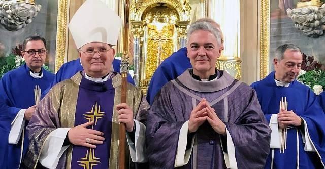 Héctor, recién ordenado sacerdote este domingo, junto al obispo de Cartagena, José Manuel Lorca