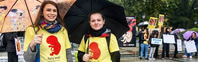 Jóvenes en una concentración provida en Polonia. «¡Sálvame!», pide el dibujo de su camiseta.