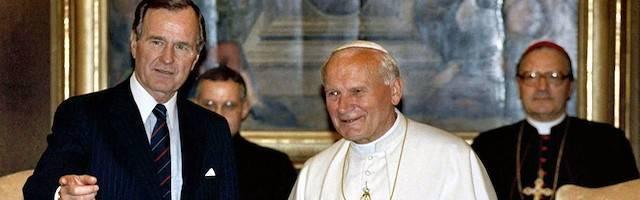 Juan Pablo II y George Bush, el 27 de mayo de 1989 en el Vaticano. Se acercaba el final del comunismo. Foto: AP.