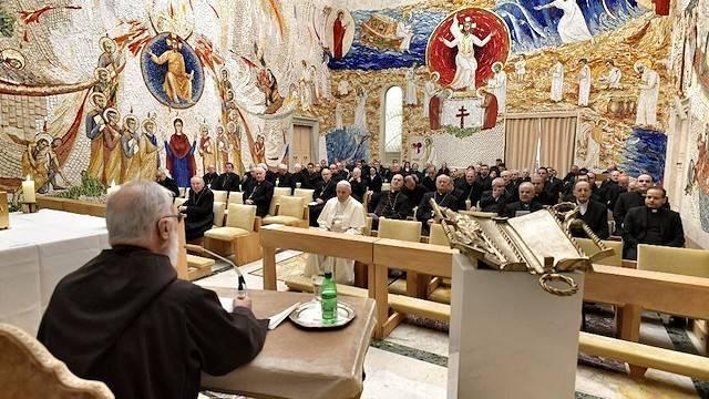 El Papa asistió a la predicación del padre Cantalamessa junto a otros miembros de la Curia vaticana.