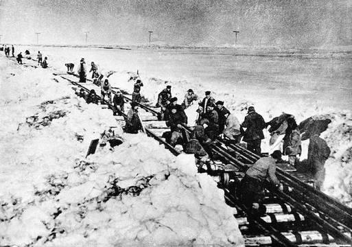 Construcción por los presos de una línea de ferrocarril en la región ártica. Es una foto tomada por presos, rescatadas por el periodista polaco Thomas Kizny para su libro «Gulag». Foto: El País, 9 de julio de 2012.