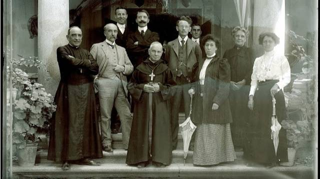 Con traje claro, a la izquierda, el marqués de Cerralbo; con traje oscuro y gran mostacho negro, el arqueólogo Juan Cabré, les acompaña el obispo de Sigüenza, Toribio Mingella