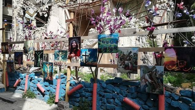 En las calles de Homs, los cristianos han colocado numerosas imágenes de Cristo en las ruinas