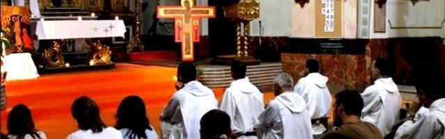En la parroquia de San Juan de la Cruz llevan tiempo rezando por el encuentro y organizándolo todo... velas, música, iconos, silencio y Biblia, las recetas de oración de Taizé