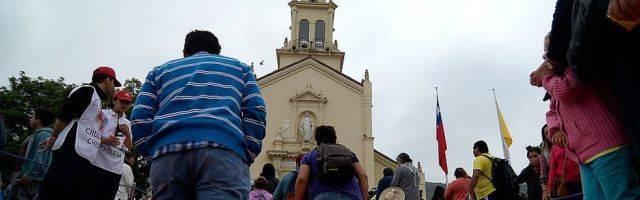 Peregrinos ante el santuario mariano chileno de Lo Vásquez - la devoción popular sigue fuerte, pero hay mucha desconfianza hacia el clero y la jerarquía