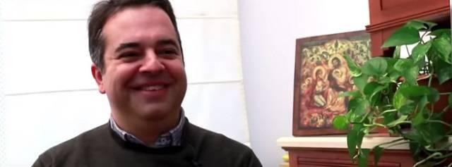Antonio es profesor universitario, está casado y es padre de tres hijos