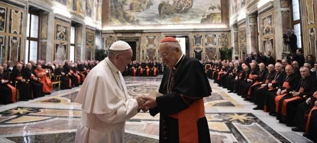 El Papa saluda al cardenal decano antes de pronunciar su discurso a la Curia en el marco de las felicitaciones navideñas / Vatican Media