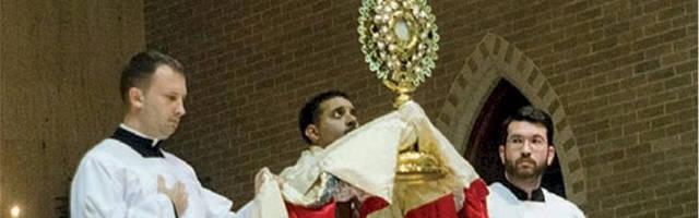 P. Josh, bendiciendo a los fieles en una adoración eucarística