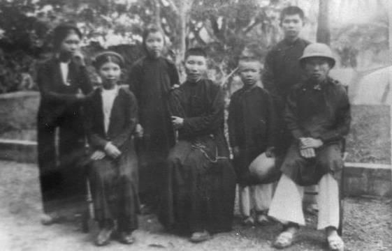 Marcelo Van, en el centro de la foto, junto a familiares, amigos y compañeros de orden.