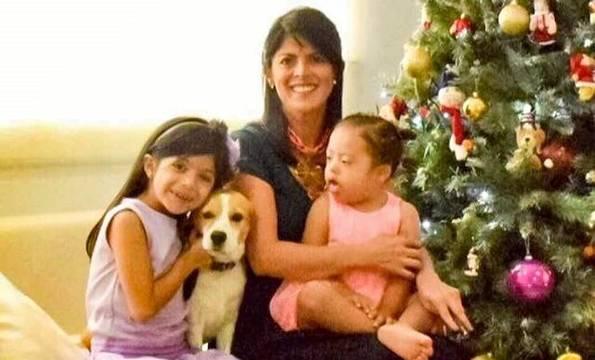 Claudia, con sus dos hijas.