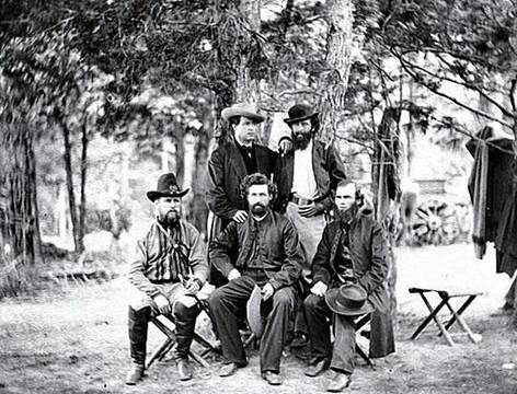 Capellanes de la Brigada Irlandesa. El padre Corby es el que está sentado, a la derecha, descubierto. Fuente: Wikimedia.