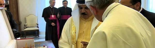 En su visita al Papa en mayo de 2014, el rey de Bahrein le llevó como regalo una maqueta de la Iglesia.
