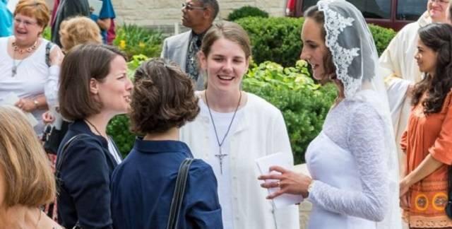 Jessica Hayes se vistió de novia para su consagración, en una catedral de Fort Wayne repleta de amigos, familiares y alumnos de su instituto / Fotos de Today´s Catholic