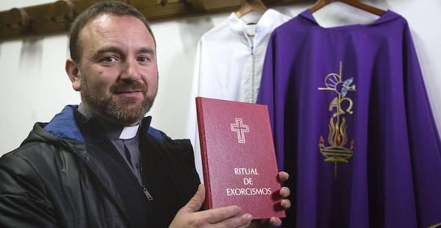 José es párroco del santuario de O Corpiño desde 2012 y exorcista de la diócesis desde 2014 / Fotos  Mónica Ferreirós- El Español