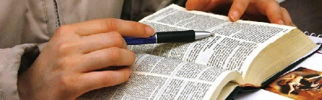El estudio de la Biblia ofrece argumentos internos de veracidad muy poderosos: sus coincidencias no planeadas son algunos de ellos. Foto: CNS.