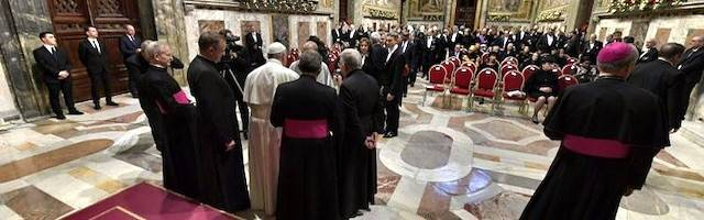 Tras el discurso, los distintos embajadores saludaron uno a uno al Papa.