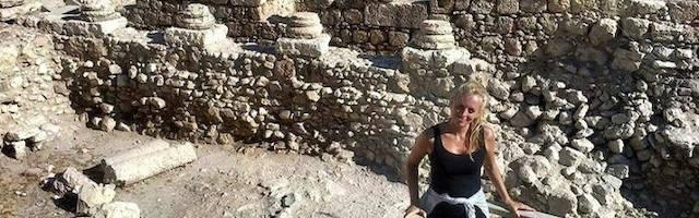 Cayetana Johnson, en una de las excavaciones en las que trabaja. Foto: Alfa y Omega.