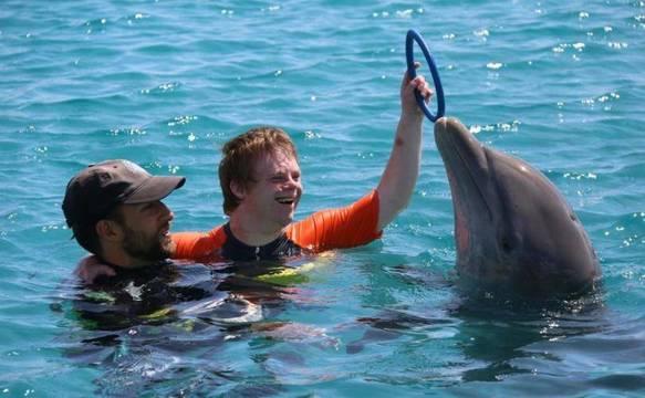 Tim disfrutaba en el agua con los delfines, como parte de una terapia muy eficaz en el caso de niños con autismo.