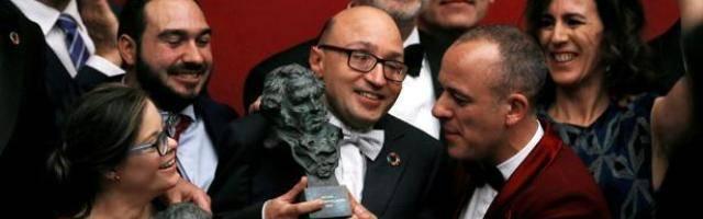 El actor Jesús Vidal sostiene el Premio Goya a Actor Revelación... y la película se lleva también el Goya a Mejor Película