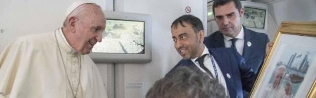 Un periodista árabe muestra al Papa un recuerdo de su paso por Abudabi en el vuelo de vuelta a Roma
