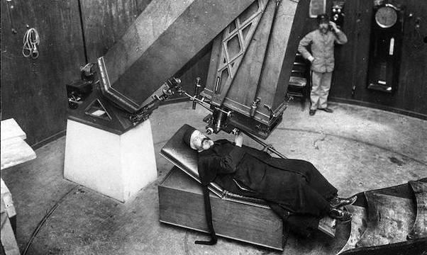 Un sacerdote, en el telescopio del Observatorio Vaticano, en 1900.