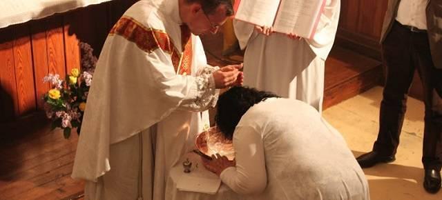 Cada año decenas de personas provenientes del islam se bautizan durante la Vigilia Pascual en Francia / Foto referencial
