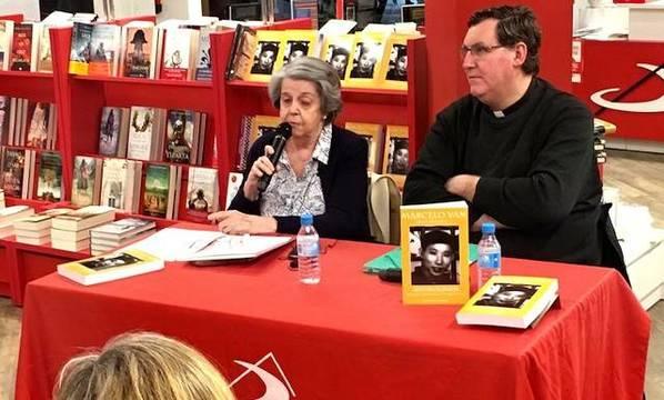 El padre Álvaro Cárdenas y Cordelia de Castellane, traductores de las obras de Marcelo Van, presentaron su «Autobiografía» en la Librería San Pablo de Madrid.