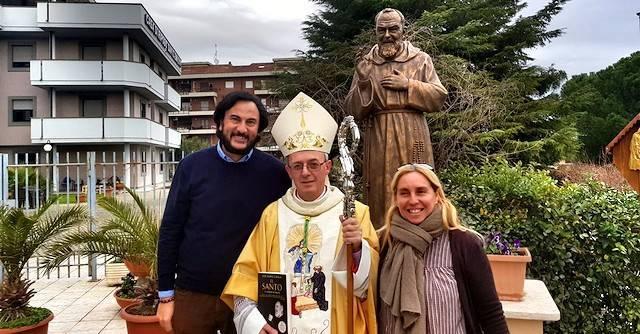 Monseñor Moscone, junto a José María Zavala y su esposa Paloma, productora de la pelicula.