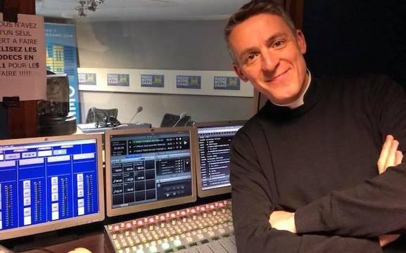 Pierre Amar, en el estudio de Radio Notre Dame, donde respondió durante cinco años a las preguntas de los oyentes.