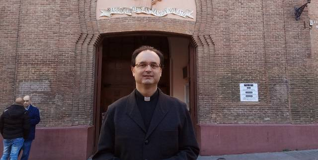 El padre José Manuel Horcajo, párroco de San Ramón Nonato de Vallecas (Madrid) tuvo como primera decisión abrir todo el día las puertas del templo de par en par / J.L.