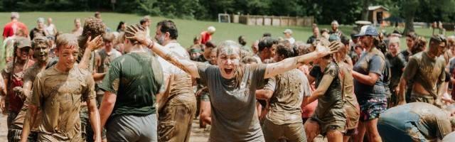 Chicos muy sucios y muy alegres en un campamento de verano de LIfeTeen - de esa alegría y amistades surge una opción de acercamiento a Dios