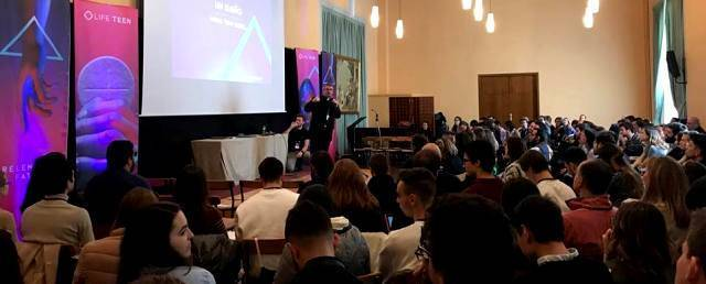 El obispo Toni Vadell se dirige a los catequistas y responsables de LifeTeen llegados de toda España y distintos países europeos