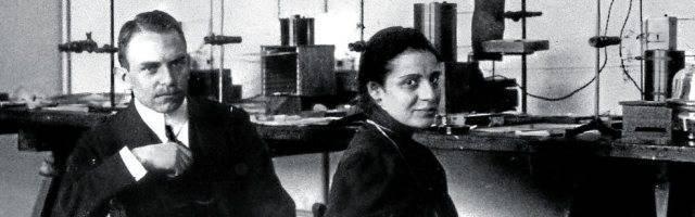 Una joven Lise Meitner con Otto Hahn, que se llevaría el Nobel de Química en 1944 en buena parte por los trabajos de ella