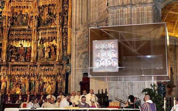 Ante el imponente retablo de la catedral de Oviedo, las reliquias de los mártires y su imagen.