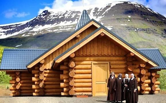 Religiosas en la iglesia de San Thoriac en el fiordo de Reidarfiordur.