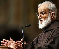El padre Cantalamessa subrayó la necesidad de la soledad y del silencio (al menos interiores pero también exteriores) para la espiritualidad, sobre todo en el caso de los consagrados.