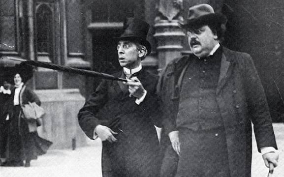 Chesterton sale del Parlamento junto al escritor judío y sionista Israel Zangwill, con quien mantenía una buena relación.