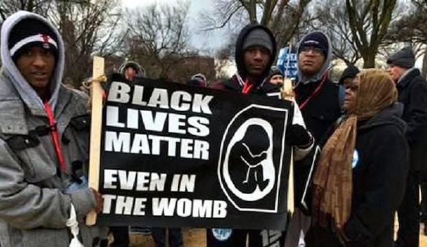 «Las vidas negras importan. También en el vientre materno», reza la pancarta, exhibida en la Marcha por la Vida de Washington de 2015.