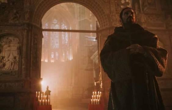 Jim Caviezel en la impresionante catedral de León... aunque en realidad el cáliz del misterio se guarda, como explican, en la basílica de San Isidoro