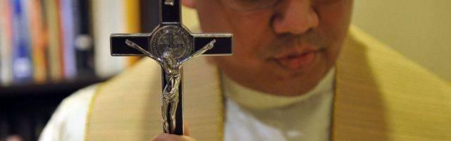 Un sacerdote explica como hace exorcismos por teléfono, a miles de kilómetros, con la ayuda de otro sacerdote sobre el terreno