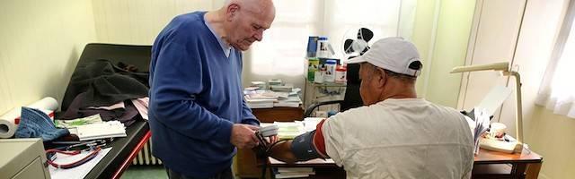 El doctor Chenay no tendrá sustituto si se jubila y no ha querido abandonar a sus pacientes. Foto: Arnaud Journois / Le Parisien.